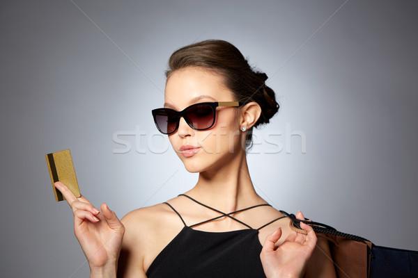 Stock fotó: Boldog · nő · hitelkártya · bevásárlótáskák · vásár · pénzügyek