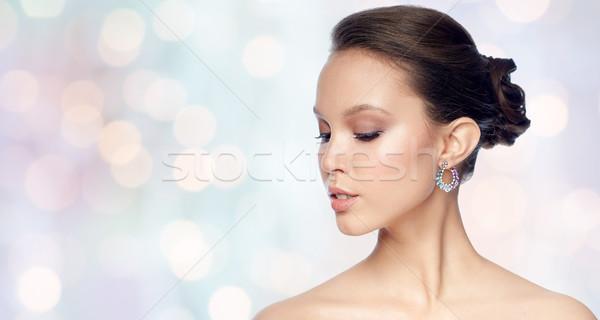 Mujer hermosa cara pendiente belleza joyas Foto stock © dolgachov