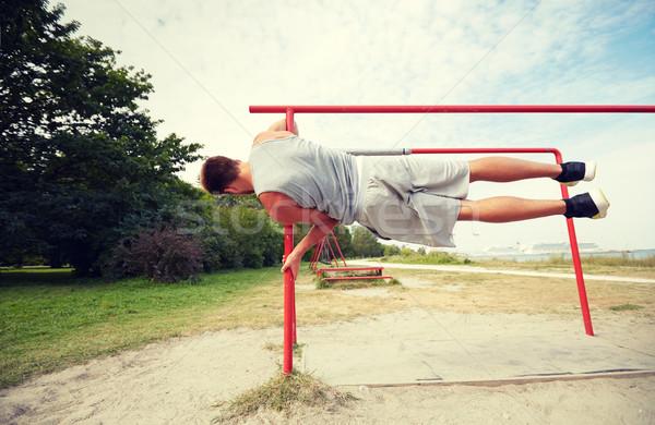 Joven paralelo bares aire libre fitness Foto stock © dolgachov