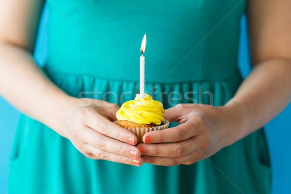 Vrouw brandend kaars verjaardag vakantie Stockfoto © dolgachov