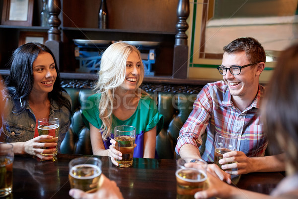 Feliz amigos potable cerveza bar pub Foto stock © dolgachov