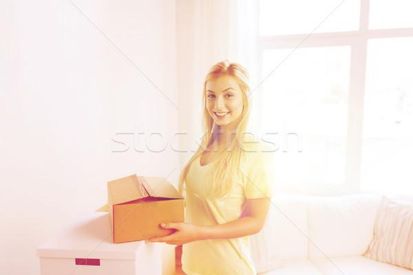 Sorridente mulher jovem casa em movimento entrega Foto stock © dolgachov