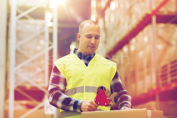 Férfi mentőmellény csomagol doboz raktár házhozszállítás Stock fotó © dolgachov