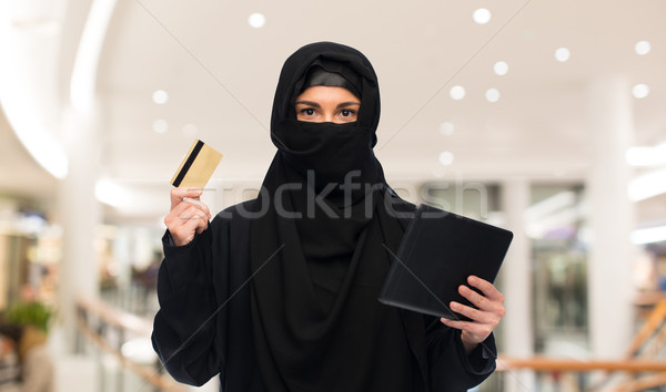 Donna hijab carta di credito tecnologia Foto d'archivio © dolgachov