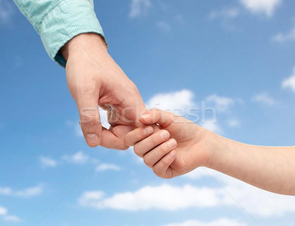 Padre nino tomados de las manos cielo azul familia infancia Foto stock © dolgachov