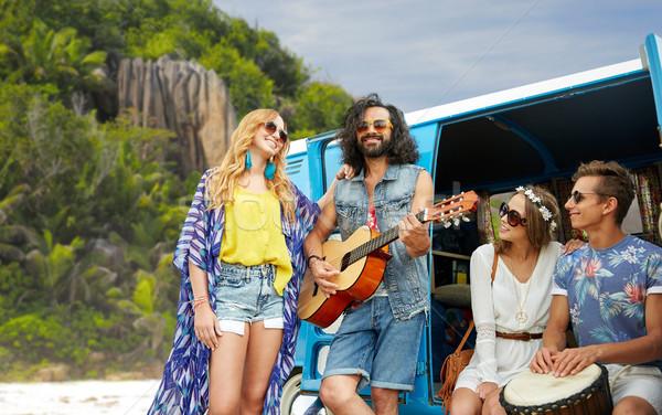 Hippie amigos jogar música ilha Foto stock © dolgachov