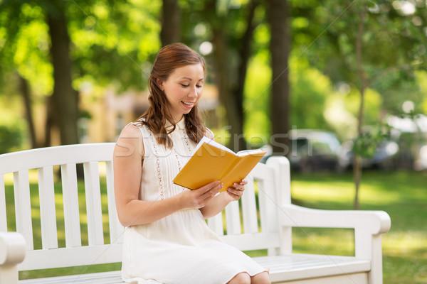 Foto d'archivio: Sorridere · lettura · libro · estate · parco