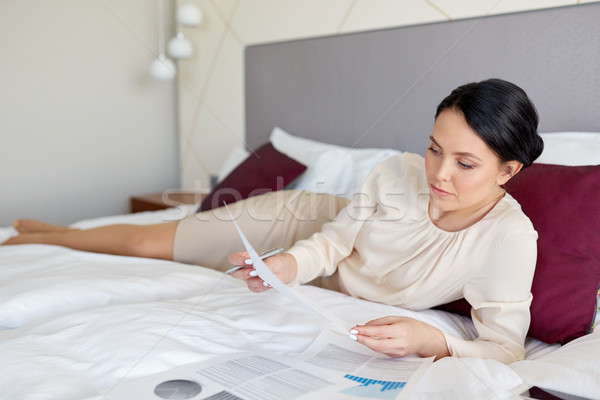 Zakenvrouw papieren werken hotelkamer zakenreis mensen Stockfoto © dolgachov