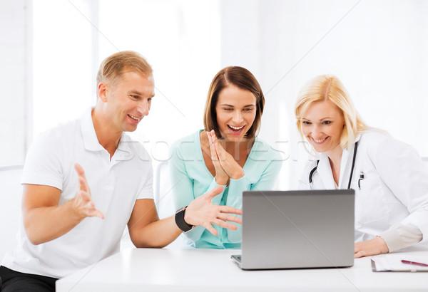 Stok fotoğraf: Doktor · bakıyor · dizüstü · bilgisayar · sağlık · tıbbi · teknoloji