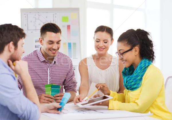 Foto stock: Sorridente · interior · trabalhando · escritório · tecnologia · educação