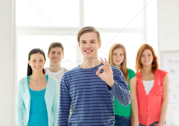 Diákok tinédzser elöl mutat ok felirat Stock fotó © dolgachov