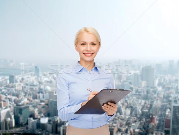 Zdjęcia stock: Uśmiechnięty · kobieta · interesu · schowek · pióro · działalności · edukacji