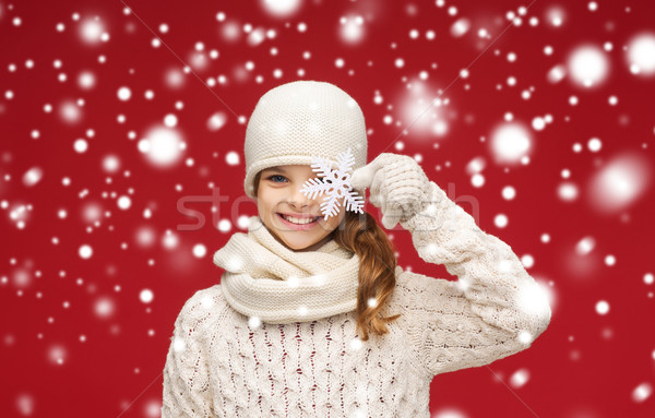 Glimlachend meisje winter kleding groot sneeuwvlok Stockfoto © dolgachov
