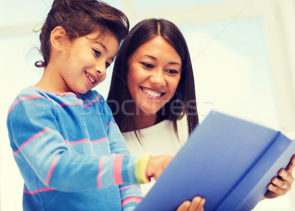 Mère fille livre famille enfants éducation Photo stock © dolgachov