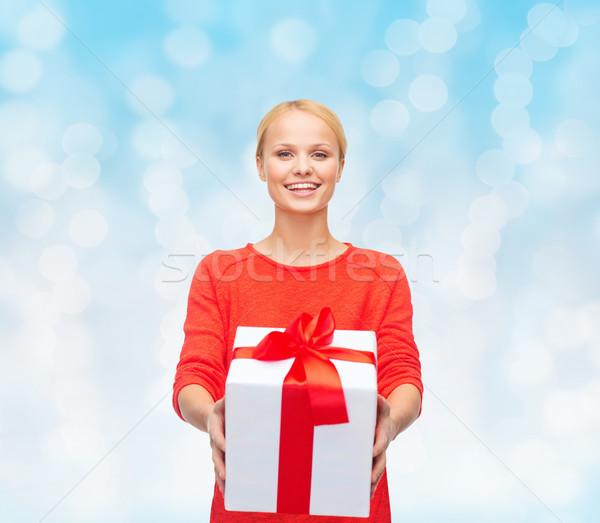 Sorrindo vermelho roupa caixa de presente natal férias Foto stock © dolgachov