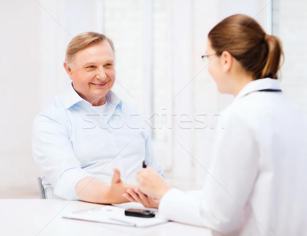 Kobiet lekarza pielęgniarki krwi cukru Zdjęcia stock © dolgachov