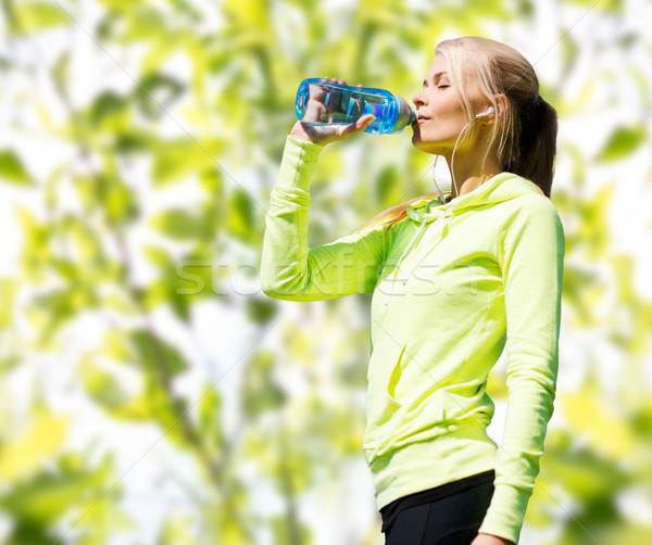 Mulher água potável esportes ao ar livre fitness esportes Foto stock © dolgachov