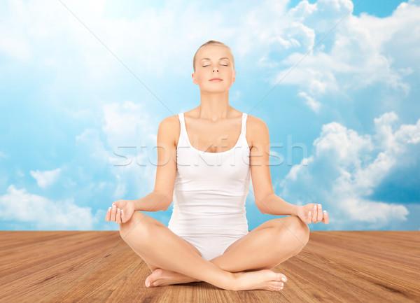 Vrouw mediteren yoga lotus pose mensen Stockfoto © dolgachov