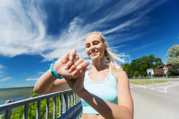 Feliz mujer ritmo cardíaco ver fitness Foto stock © dolgachov