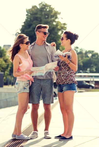 Uśmiechnięty znajomych Pokaż miasta przewodnik odkryty Zdjęcia stock © dolgachov