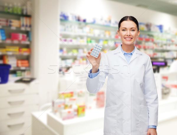Kobieta farmaceuta pigułki apteka apteki muzyka Zdjęcia stock © dolgachov