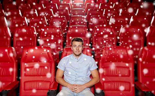 счастливым молодым человеком смотрят фильма театра кино Сток-фото © dolgachov