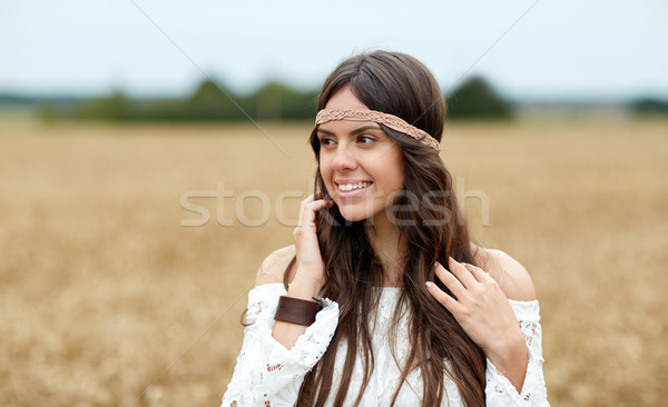 Gülen genç hippi kadın tahıl alan Stok fotoğraf © dolgachov