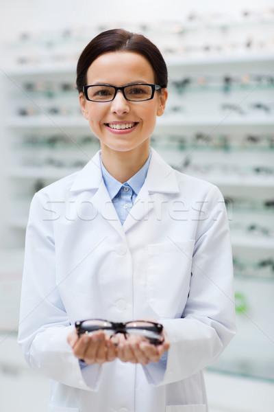 Kobieta optyk okulary optyka sklepu Zdjęcia stock © dolgachov