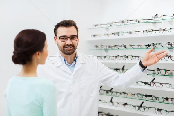 Mujer óptico gafas óptica tienda Foto stock © dolgachov