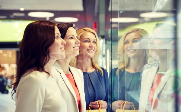 Stok fotoğraf: Mutlu · kadın · bakıyor · takı · alışveriş · pencere