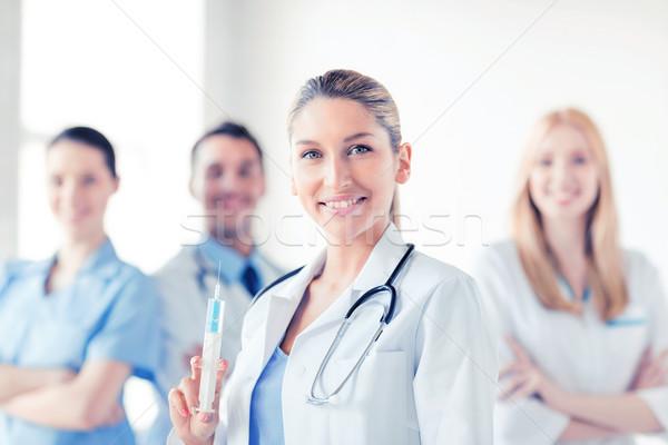 Kadın doktor şırınga enjeksiyon grup Stok fotoğraf © dolgachov