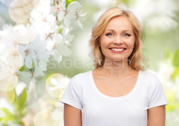 Femme souriante blanche tshirt bonheur personnes naturelles Photo stock © dolgachov