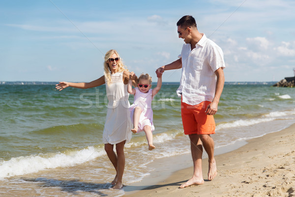 Boldog család napszemüveg sétál nyár tengerpart család Stock fotó © dolgachov