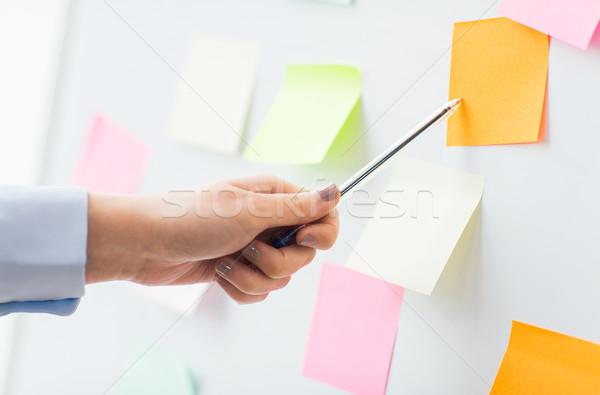 Közelkép kéz mutat matrica diagram iroda Stock fotó © dolgachov