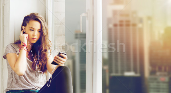 Tinilány okostelefon fülhallgató emberek technológia tinédzserek Stock fotó © dolgachov