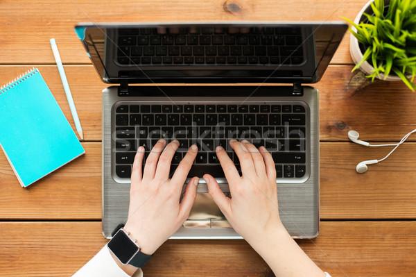 Mulher estudante datilografia laptop educação Foto stock © dolgachov