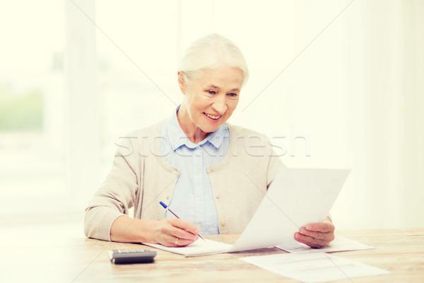 старший женщину документы калькулятор домой бизнеса Сток-фото © dolgachov