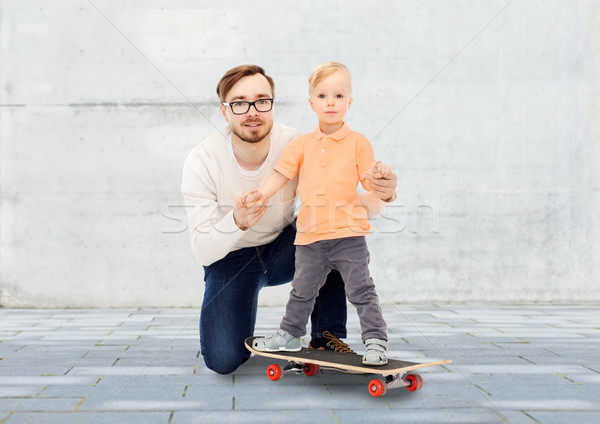 Boldog apa kicsi fiú gördeszka család Stock fotó © dolgachov