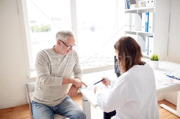 старик врач рецепт больницу медицина возраст Сток-фото © dolgachov