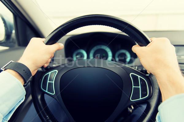 Homem condução carro tela do computador transporte Foto stock © dolgachov
