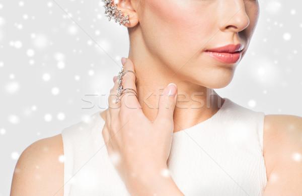 Közelkép gyönyörű nő gyűrű fülbevaló karácsony ünnepek Stock fotó © dolgachov