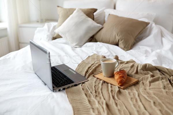 Laptop café croissant cama confortável casa Foto stock © dolgachov