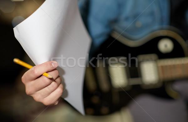 Man gitaar potlood papier muziek studio Stockfoto © dolgachov