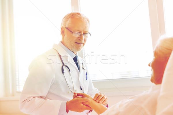 Lekarza starszy kobieta puls szpitala muzyka Zdjęcia stock © dolgachov