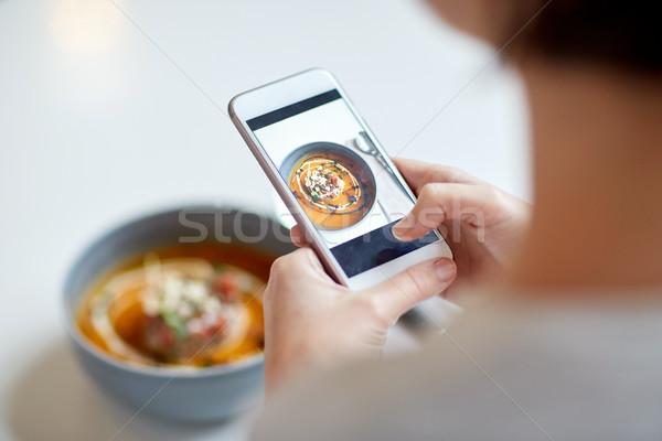 женщину смартфон продовольствие кафе новых Сток-фото © dolgachov