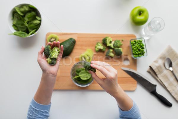 Kadın el brokoli fincan sağlıklı beslenme Stok fotoğraf © dolgachov