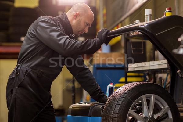 Mechanik samochodowy równoważenie samochodu koła warsztaty usługi Zdjęcia stock © dolgachov