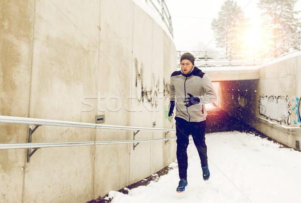 Uomo esecuzione fuori metropolitana tunnel inverno Foto d'archivio © dolgachov