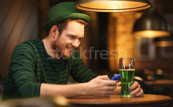 Mann Smartphone grünen Bier bar Veröffentlichung Stock foto © dolgachov