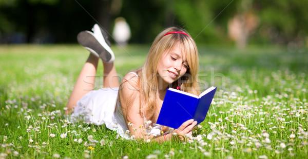 Zomertijd outdoor foto tienermeisje boek vrouw Stockfoto © dolgachov